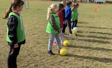Ook tijdens code 'geel' zitten onze kinderen niet stil. Naast de lessen lichamelijke opvoeding organiseert meester Ruud tal van andere sportactiviteiten.