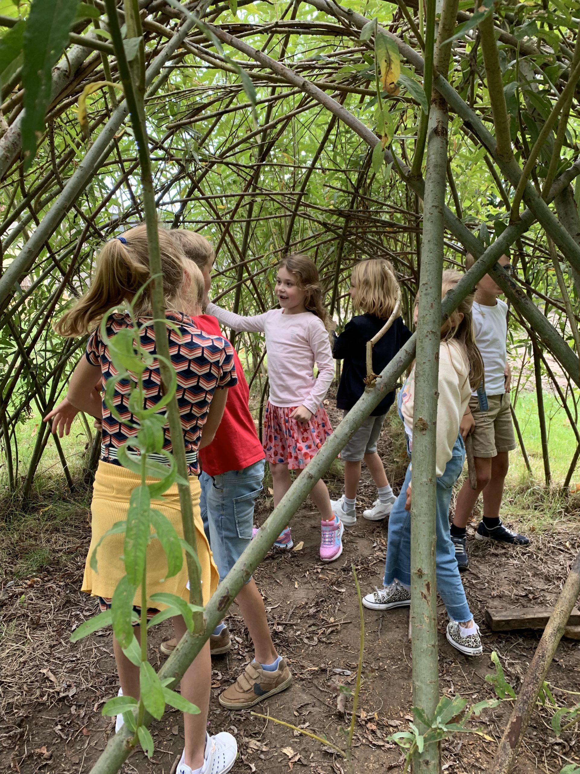 De kinderen genoten na een deugddoende vakantie van hun eerste schooldag in het groen. Spelen in de tuin, ravotten onder de bomen van de pastorie en leren met de natuur […]
