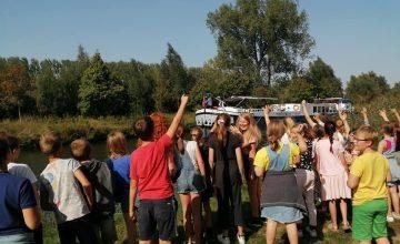 Tuur gaat met de 5de klassers op verkenning in de buurt. We 'strappen' tot aan de Ketshoek en de Dender. Schitterende buurt!